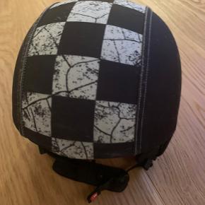 Fin skihjlem/cykelhjelm. Hjelmen fejler intet. Men et nyt skind skal der måske til.