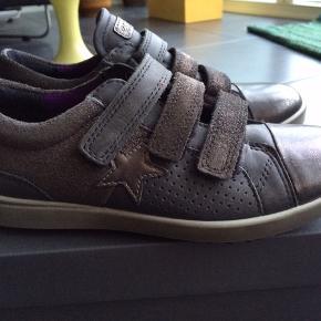 NYE ECCO SKO  Flotte sko i grå/sort samt lilla sål. De er dejlige og bløde at gå i.  MP 295,- pp