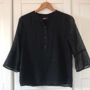 Smuk bluse, kun prøvet på.  •Kontakt for spørgsmål eller flere billeder •Jeg bytter ikke  •Ikke ryger hjem •Sendes på købers regning, eller kan afhentes  Passes af xs-s