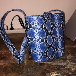 Virkelig lækker Daniel Silfen taske sælges. Den er brugt over sommeren 2020 og står nærmest som ny.  200 kr eller pris kan forhandles ved hurtig handel