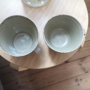 Virkeligt fine keramik kopper med hanke. De er lavet af en keramiker og er ikke helt ens/unika. Der kan være lidt mere end 3 dl i - så helt perfekt til en god kop kaffe eller te 🙂. Købt på Danmarks Design skole KADK til 175 kr/stk. Sælges til 100kr/stk. Sendes ikke men kan afhentes ved mig i fuglekvarteret i København NV. Jeg har også engang i mellem mulighed for at mødes og handle ved Nørreport St. 🌿🙂.
