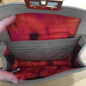 Varetype: Crossbody Størrelse: Oz Farve: Beige Oprindelig købspris: 3250 kr.  Super flot taske, der både kan bruges som skuldertaske og som clutch. Enormt flot for.  Tasken har yderligere plads til seks kort indeni.  Den er blevet brugt, som kan ses på hardwaret, men inden i er den stort set som ny.