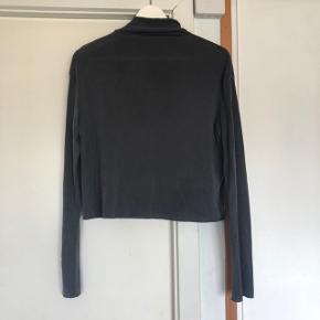 Grå højhalset bluse fra Weekday. Brugt en enkelt gang, fremstår som ny.  Kan afhentes i Fredensborg, eller sendes mod betaling af porto.