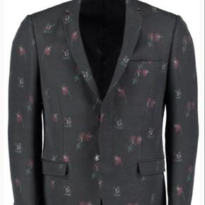 Elegant jacket with small roses embroidery. New price was 5999 dkk.