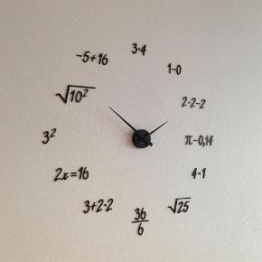 Brand: Karlsson Varetype: Vægur Størrelse: 80 x 80 cm Farve: Sort Prisen angivet er inklusiv forsendelse.  > Karlsson ur med matematiske regnestykker.  > Fylder ca 80 x 80 cm.  > Bogstaverne sættes på væggen med det medfølgende hæftemasse/elefantsnot. De kan placeres som ønsket, og er nemme at flytte rundt på igen og igen.   > Velegnet til alle indendørs vægge.  > Ur skiven og tallene er mat sorte.