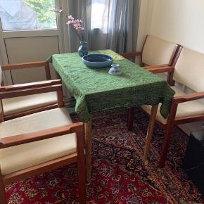 Christian hvidt armstole model 420 med stel i massiv mahogni og betræk i cremehvid. Sædehøjde 44 cm. Fremstillet hos Søborg Møbler. Fremstår med alm. brugsslitage, ridsermærker. Man sidder utrolig godt :) stk pris 1500kr jeg vil helst sælge dem sammen til 5000kr