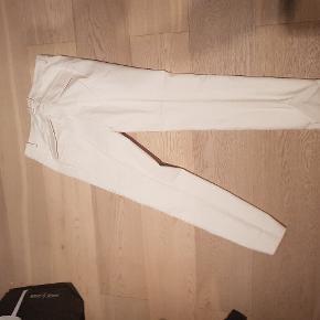Gustav bukser brugt en gang  str 36. Har matchende top til