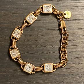 Flot Dyrberg kern armbånd i guld med firkantede sten