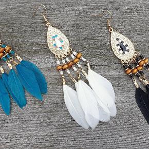 Søde øreringe med fjer og perler. Se mange flere boheme smykker under profilen.