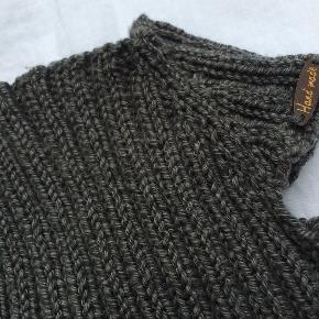 Babybody strikket i cottonwool (50% bomuld/50% uld) Str. 1-4 mdr. ca.  Den er meget elastisk,så det er svært at angive størrelse, og små børn er så forskellige. Den måler ca 35 cm i længden og brystvidden er alt mellem 32 og 52 cm, men selvfølgelig tager det af længden når den bliver trukket ud i bredden.