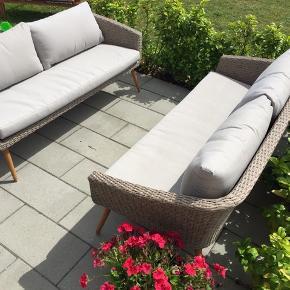 2 stk loungesofaer med tilhørende puder. Rigtig god siddekomfort og et flot design. 158 x 68 cm. (3 pers.)  4900 er for dem begge.  Nypris 3000 pr. stk. Købt forår 2018.  Fejler intet.   Svarer kun på seriøse henvendelser.