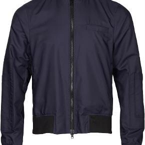 Varetype: mænd jakke Farve: Mørkeblå Oprindelig købspris: 2000 kr.  Mega fed bomber jakke fra BZR, aldrig brugt.  Obs. billede nr. 2 er et modelbillede  MP 550kr