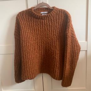 Lækker sweater uld blanding fra Mango suit . Oversize i pasformen dog ikke meget lang. Den er flatterende og kan både bruges på job eller til afslapning 🤩  Har næsten ikke brugt den 😊