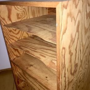 Papir reol. Bruges til opbevaring af papir, blade, mapper m.m.  Reol i patineret og veludført træ sælges. Kvalitetsmøbel med samlinger til hylder i metal (hylder kan trækkes ud). Et vintage, unikt møbel uden fejl.