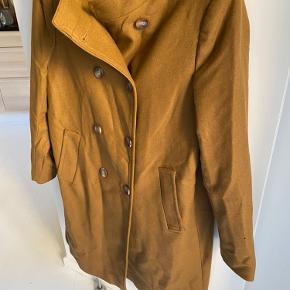 Flot frakke, der dog trænger til at blive strøget.  Jeg har aldrig gået med den. Synes bare ikke farven passer til mig. Nypris var 799,- den er fra efteråret 2019.