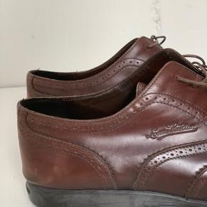 Brune lædersko fra Louis Vuitton. Passer en str. 44/45. Skoene er i super fin stand og meget velplejede, men med få ridser på snuden og sålen (se billeder). Skriv endelig for flere detaljer/billeder.   Kom gerne med realistiske bud!