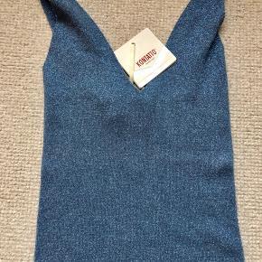 Fin lurex top i fint strik med faste stropper på ryg.
