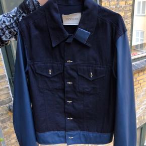 Sælger denne her dejlige jakke fra Tonsure som jeg aldrig har brugt! Ærmerne er i super lækkert koskinds materiale.  HELT NY MED TAG!  Nypris 1700kr Salgspris 800kr eller kom med et bud! Er klar på hh