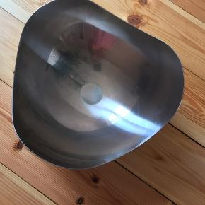 Georg Jensen Bloom skål i mat. Jeg har egentlig ikke brugt skålen, mens jeg har haft den, men den har fået lidt småridser på ydersiden i bunden (man ser dem ikke).  Har fået den i gave og smidt æsken ud.