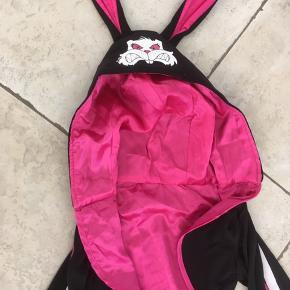 """Halloween """" ond skelet kanin"""" Justine str 10-12. Med flæse skirt, hætte med ører og kanin motiv.  Fin stand. Mp"""