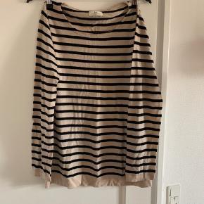 Klassisk sweater fra Day sælges.  Lange ærmer, rund halsudskæring og firkantet pasform.  100 procent uld.