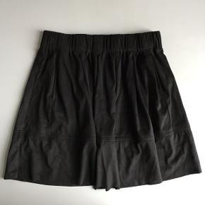 Sælger denne søde nederdel fra Moves by Minimum. Nederdelen har aldrig været brugt og fejler derfor heller intet. Fra ny koster den 400,-  Jeg sælger den til 150,- eller kom med et bud:))  Skriv endelig for flere billeder eller spørgsmål:))