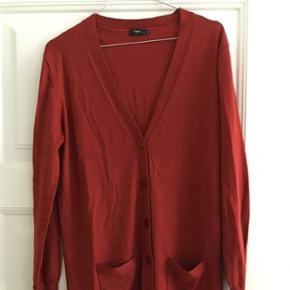 Lang cardigan fra Filippa K i 100% merino uld. Den har kun været brugt et par gange, og er derfor så god som ny 😊 nyprisen var omkring 1500,- men BYD endelig, så finder vi ud af noget.