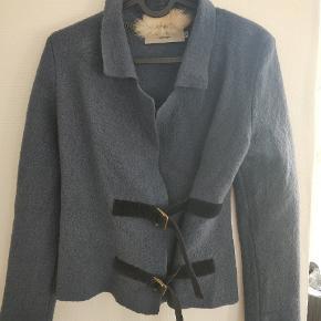 Super smuk jakke i 100 % uld. Farven er petroleumsblå. Str xs til 100 kr. Køber betaler selv porto.