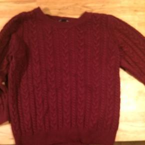Fin mørkerød sweater med 3/4 ærmer.   Se også mine andre annoncer, og giv et bud!