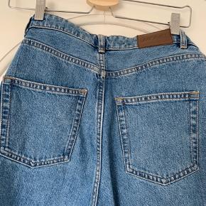 Jeans fra Monki - OBS, vasken er mørkere, end den modellen har på, men i samme model. Aldrig brugt. Bukserne er en str. 29. Modellen hedder Kimomo - vil mene, de fitter som bukserne på de sidste to billeder, der også hører til deres Kimomo-modeller. Dog er vasken mørkere.