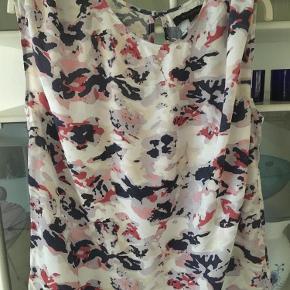 Varetype: Sommertop / top Farve: Pink råhvid m v Oprindelig købspris: 499 kr.  Fin bluse - sød knappelukning i bag Brystmål 2 x 58 cm