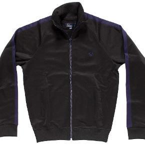 Varetype: -=NY=- Track Jacket Farve: Sort Oprindelig købspris: 850 kr.  Fred Perry Style: J1516 Product: Contrast Panel Track Jacket Col: Sort 54% Polyester, 46% Bomuld