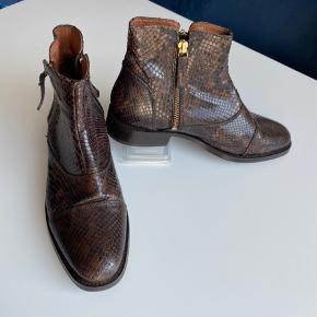 Sælger denne støvle i brun slangeskindsnuancer, da den ikke sidder godt på min fod.