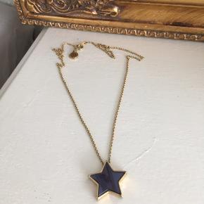 Mega fin mørkeblå/guld stjernehalskæde fra Marc Jacobs. Brugt max 5 gange og fået i gave engang, så har desværre ikke kvittering - men du kan få en lille fin æske med til den, hvis du er hurtig 😎  Kæden er mellemlang - ca. 48 cm. Stjernen er i mørkeblåt glas foran og guld bagpå.  Nypris 699,-