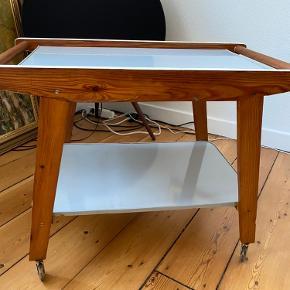 Mega flot gammelt rullebord, vi har brugt som barbord, men desværre ikke har plads til mere. Købte det for 2 år siden i en vintage shop.