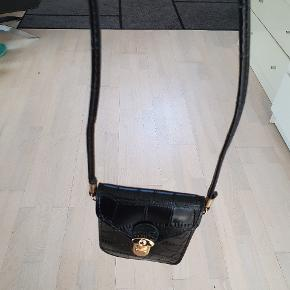 Fin lille skulder taske sælges  Med plads til tlf og evt kort holder 🌞😃🌞😃🌞