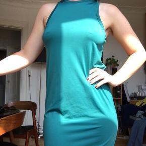 Kjole fra &Other stories 🌸 Kun brugt én gang - i perfekt stand. Kjolen falder flot, og der er elastik i stoffet.  Passer en str XS - S