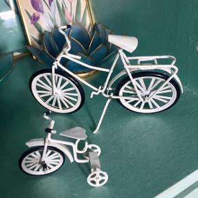 Sjove små pynte cykler fra 1980'erne eller deromkring. Er i pæn stand. En smule maling afskalling hist og pist men ikke noget alarmerende.  Hvid stor koster 40 Hvid lille koster 25 Sort long john koster 60  Sender mod betaling.