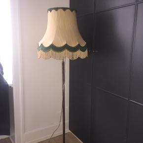 Vintage gulvlampe på messingfod, står flot uden fejl eller mangler. Pære i medfølger. Afhentes Kbh K