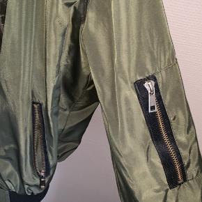 Oliven grøn jakke fra Pieces, en gammel model  Ingen brugsspor   Str. m, men fitter både en small og medium