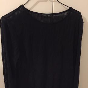 Super fin sort langærmet bluse fra ZARA. Blusen er str. L, men lille i størrelsen.