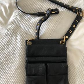 Lille lædertaske med 3 lommer foran og indvendig god plads til kort, god til rejser Mål 24 cm x 20 cm