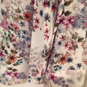 Skjorte i 100% viskose og det fineste blomsterprint.