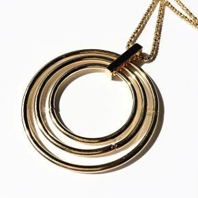 Halskæde fra Walina  3 Forgyldte ringe på forgyldt kæde.  Halskæden er 76 cm lang og ringene er 6 cm i diameter.  Jeg kan handle med mobilpay: Jeg sender gerne med post nord til din postkasse (+10 kr 5 dages leveringstid eller 29 kr 1 dags leveringstid), hvis du ikke kigger forbi og henter den. Jeg kan handle via Trendsales med DAO pakkepost (+32 kr), hvor du afhenter pakken ved ønsket DAO udleveringssted.  mvh Lise