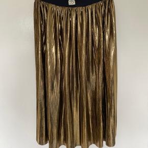 Plisse nederdel i fineste bronze/guld. Elastisk i taljen.