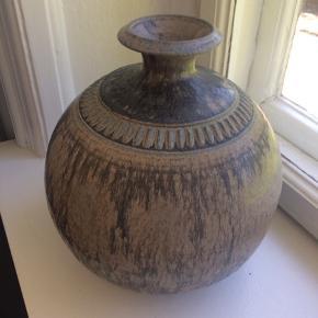 Smukkeste stor vintage stentøjskeramik vase fra Løvemose Keramik. Flotte brune nuancer med grønt.Super flot stand, ingen ridser eller skår. Mål: Diameter 21cm x H23cm. Pris inkl. Porto. Gerne mobilpay eller TS-handel + 2,5%