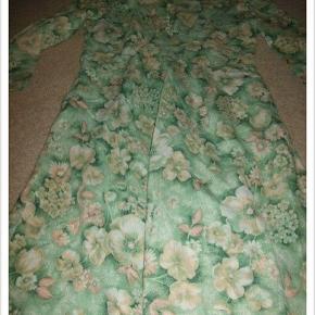 Grøn retro - vintage 70'er kjole med blomsterprint. Super flot og flatterende. Str S. Sælges kun fordi den er en smule for lille til mig.