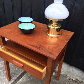 Bord indrettet med enkelt hylde og skuffe i teak. Dansk møbelproducent 1960'erne. Pris 900,- kroner.