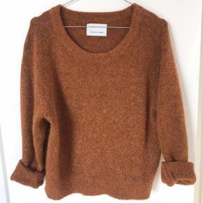 Klassisk sweater fra Samsøe, kort model med lange ærmer. På ingen måde fnulleret da den er brugt få gange.