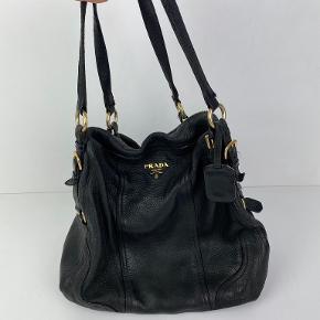 Lækreste bløde Prada skind taske sælges.  Tasken kan ses (og evt købes) i Tapirus 😊